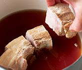 豚肉を鍋に並べ入れる