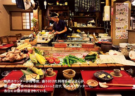 断然カウンターが特等席。盛り付けた料理を道広さんが、櫂に載せて客の目の前にひょいっと出す。低めのカウンターで、各自にお膳が用意されている。