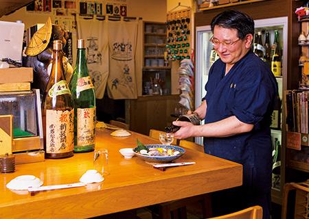 日本酒一色の店内はカウンターの他、ゆったりとしたテーブル席もあり。大きな冷蔵庫の中には季節の酒をはじめ、垂涎の銘柄が多数取り揃う。