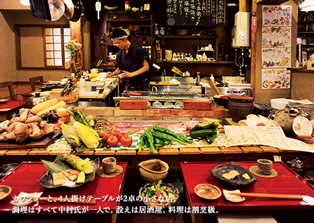 カウンターと、4人掛けテーブルが2卓の小さな店。調理はすべて中村氏が一人で。設えは居酒屋、料理は割烹級。