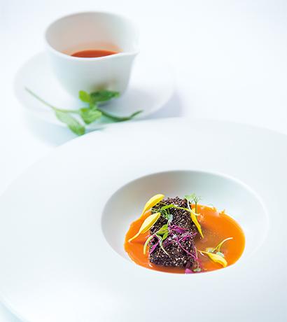 チアシードを纏ったフォアグラ、ほどよく焦がした玉ネギ、ニンジンとレモンバーベナ、仙台味噌のスープ