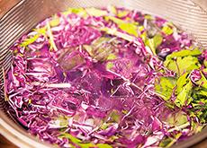 水菜と紫キャベツのピリ辛サラダ