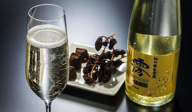 金箔が舞うスパークリング清酒が 11月22日から期間限定新発売!